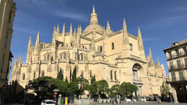 豪華な外観をしている教会堂のイメージ