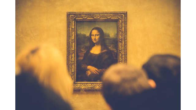 レオナルド・ダヴィンチの作品「モナリザ」を観賞する人々のイメージ