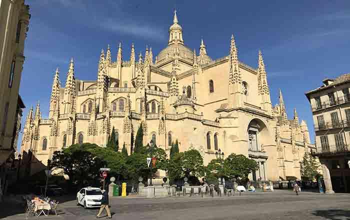 豪華な教会堂の建物の写真