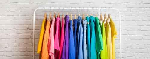 書籍「なぜか話しかけたくなる人、ならない人」が紹介する服装のポイントとして様々な色の服が並んでいるイメージ